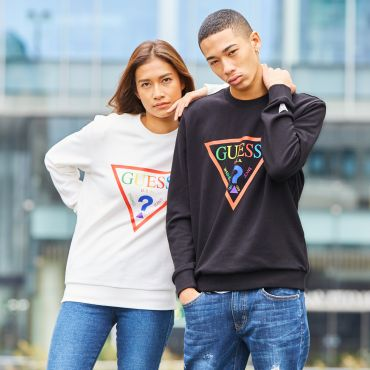 [GUESS] RAINBOW TRIANGLE LOGO CREW SWEAT【ONLINE EXCLUSIVE ITEM】